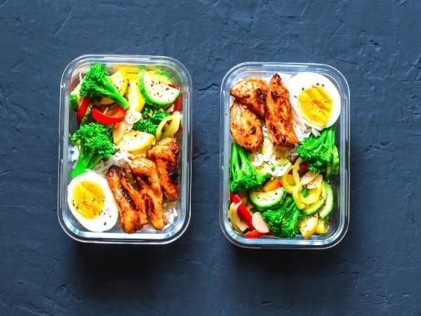 Deux boîtes en plastique de repas sains et colorés parfaits pour les plans de repas Slimming World de 7 jours